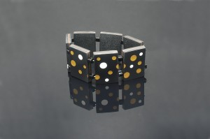 "Ett ""Dominont"" armband"