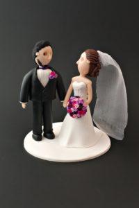 Tårtfigur som liknar brudparet